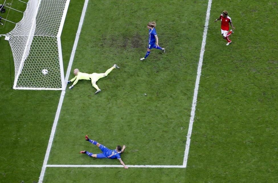 Исландия первая победа - матч турнира. Австрийский голкипер пропускает гол от исландцев, который вывел их в 1-8 финала Евро.jpg