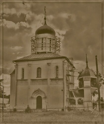 Церкви в разных тонах