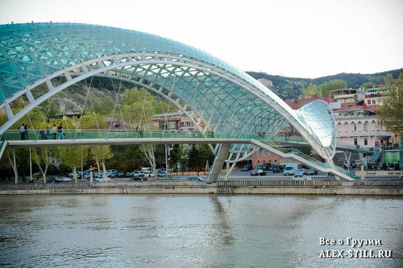 Мост кажется ажурным и воздушным