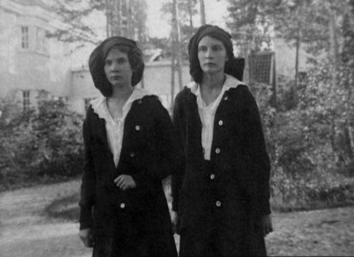 Натали Палей с сестрой Ириной. Деньги, предусмотрительно оставленные отцом во Франции, вскоре законч