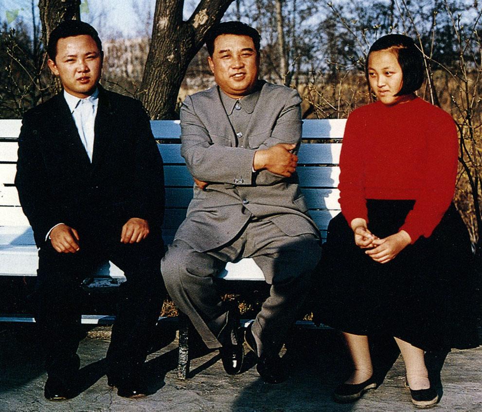 3. Ким Чен Ир (слева) с лидером Ким Ир Сеном и его сестрой Ким Кенг Хуи. (Korean Central News Agency
