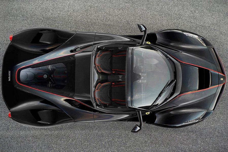 Хэтчбек Феррари GTC4Lusso T Есть на стенде Ferrari и машина попроще — трёхдверный хэтчбек со с