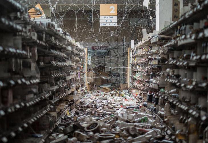 1. Спустя 5 лет уборка мусора продолжается. В черные мешки собирают и вывозят загрязненную, рад