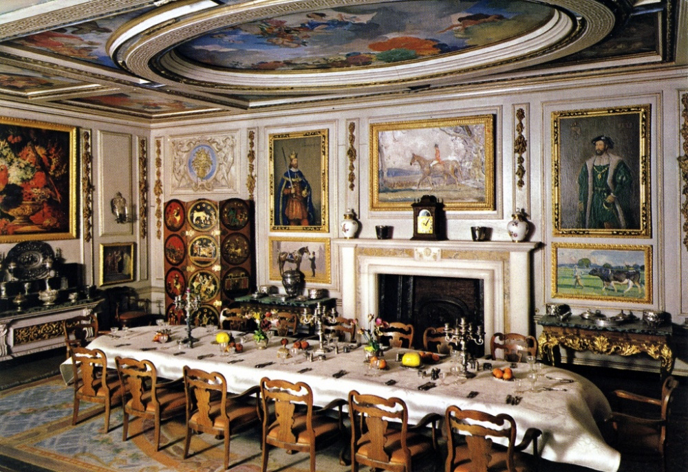 ВВиндзорском дворце находится самый чудесный вмире кукольный дом. Это даже недом, анастоящий дво