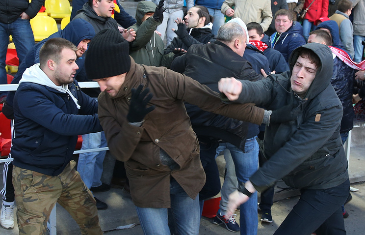 Болельщики «Динамо» потребовали наказать полицейского после матча вВоронеже