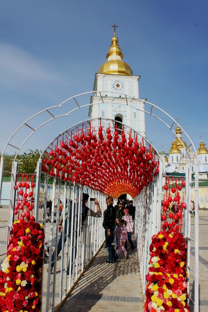 Тоннель из писанок на Михайловской площади
