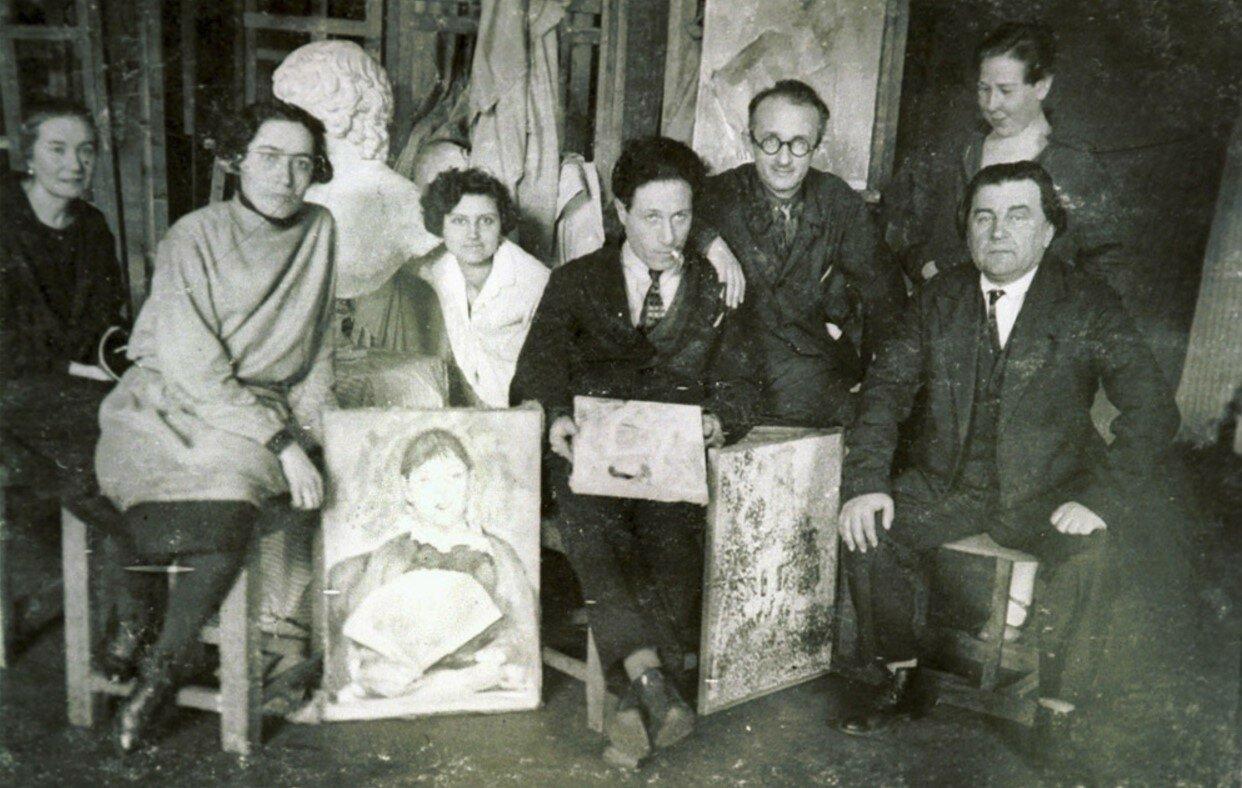 1930. Казимир Малевич (сидит справа) среди учеников. Ленинград