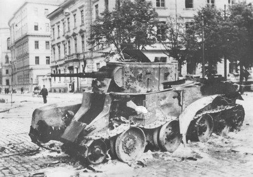 Танк БТ-7 обр. 1935 г. из 5-го мсп подбитый в г. Рига. Лето 1941 года.