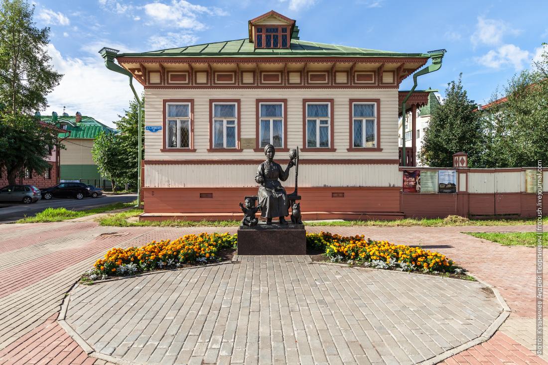 Архангельск музейный комплекс «Усадьба М.Т.Куницыной» и скульптура «Русским женам – берегиням семейного очага