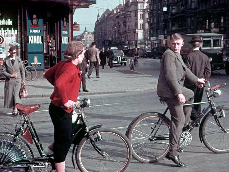 1939 Berlin Radfahrer in der Karlstrasse heute Reinhardtstrasse2.jpg