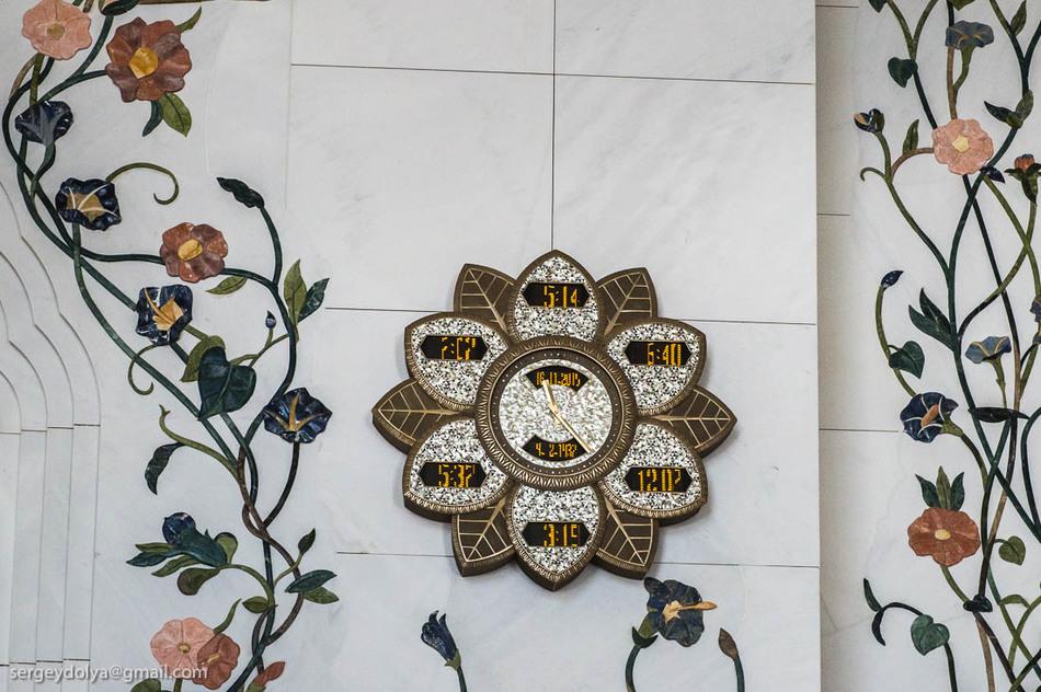 Большинство стен украшено узорами из керамики и полудрагоценных камней.