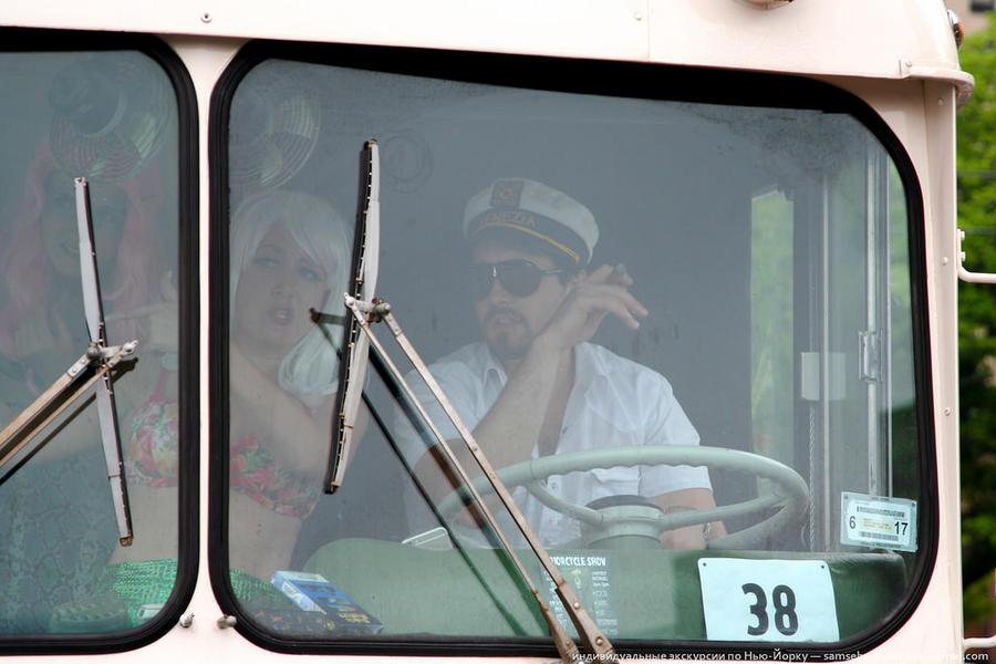 80. Леонардо Ди Каприо за рулем автобуса.