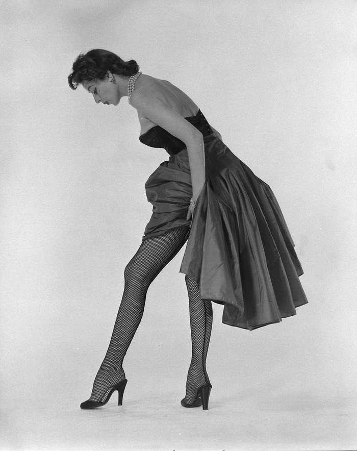 11. Модель в черных колготках, прикрепленных к туфлям без пятки на высоком каблуке от Херберта Левин