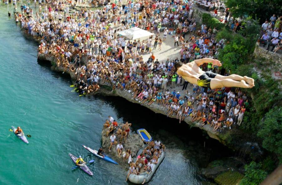 11. Пешеходный мост через реку Неретву в городе Мостаре представляет собой современную копию древнег