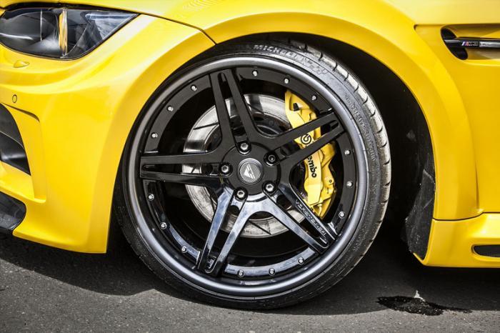 BMW прикатила в столицу в стоковом кузове E92, в белом цвете и с карбоновой крышей. Работы начались