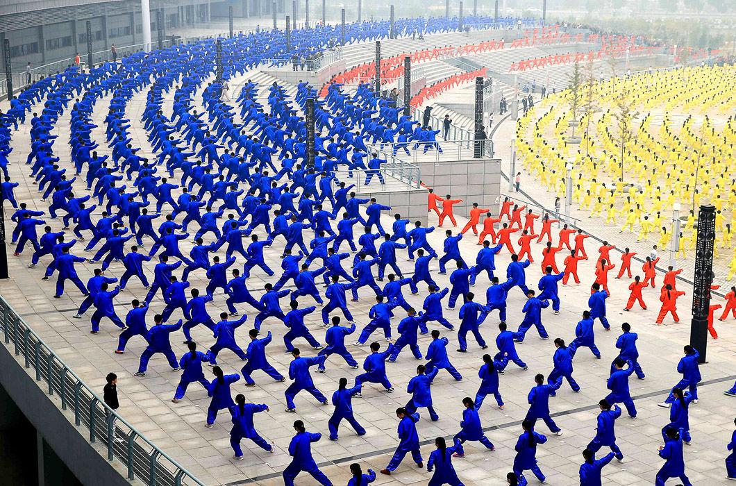 Почему в Китае толпа — это не угроза, а искусство (10 фото)