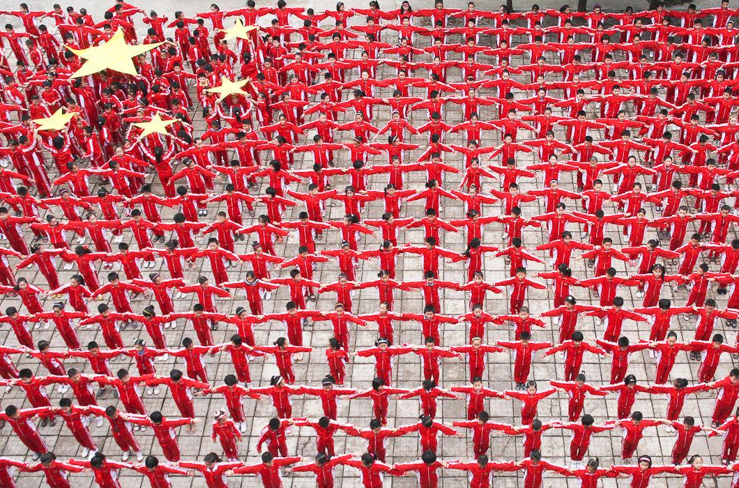 Упражнения в начальной школе по формированию живого национального флага, провинция Цзянси.