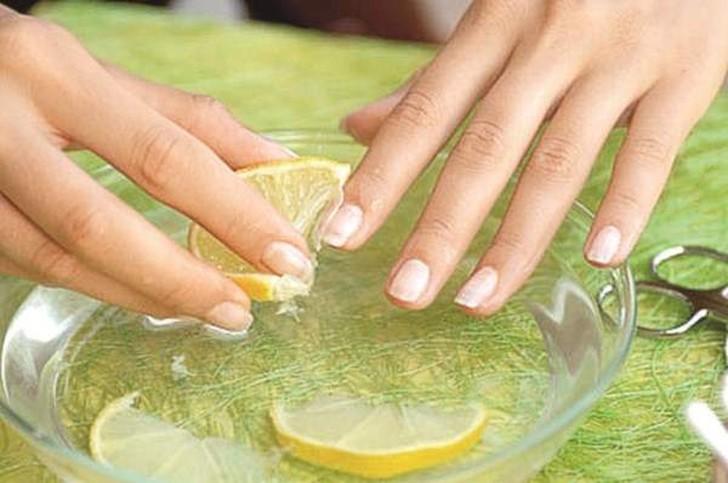 2. Уход за ногтями с помощью лимона От мастеров маникюра можно узнать о нехитром рецепте по уходу за