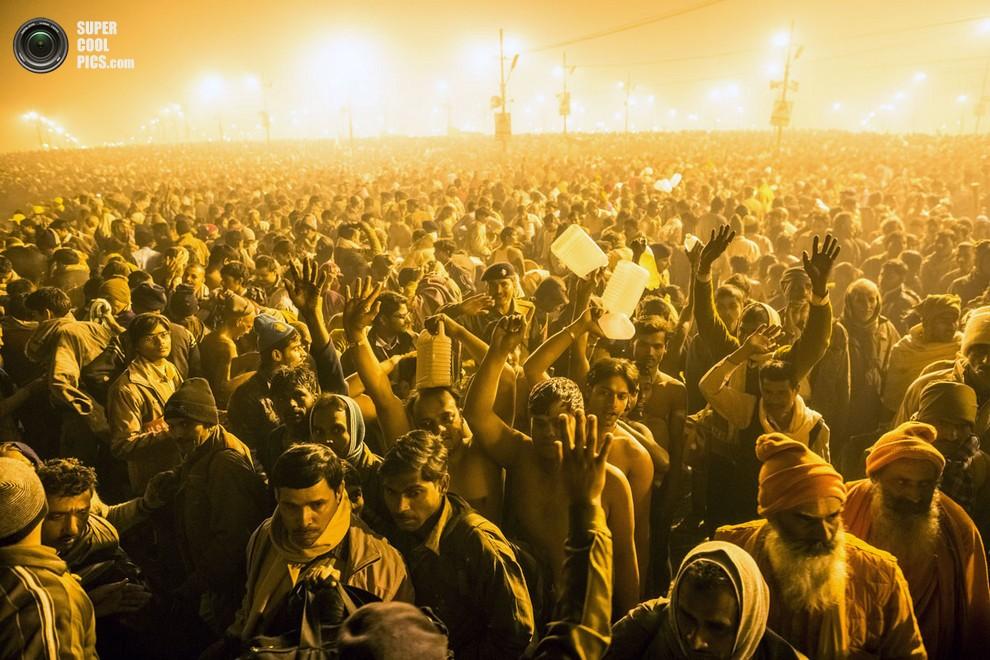 Индусы направляются к берегу реки под светом тысяч фонарей.(Daniel Berehulak/Getty Images)