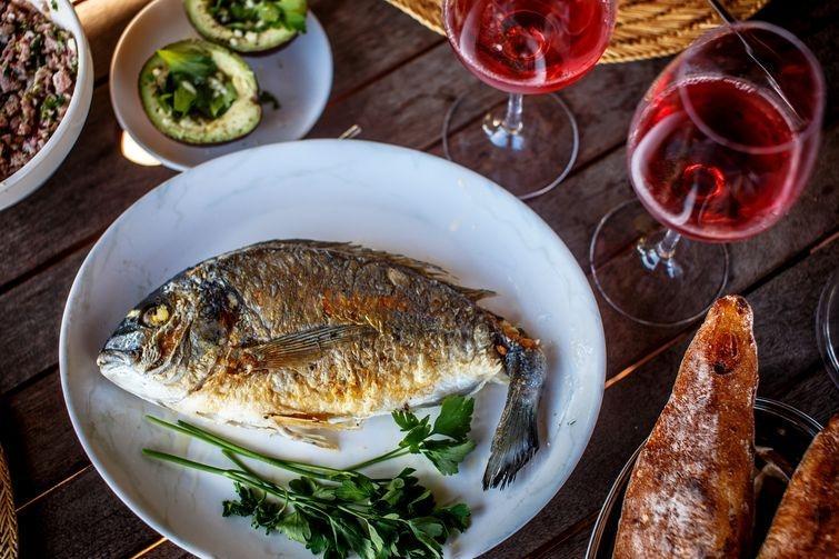 4. Рыба и вино. Говоря о здоровом питании, алкогольные напитки упоминать не хочется. Но в разумных д