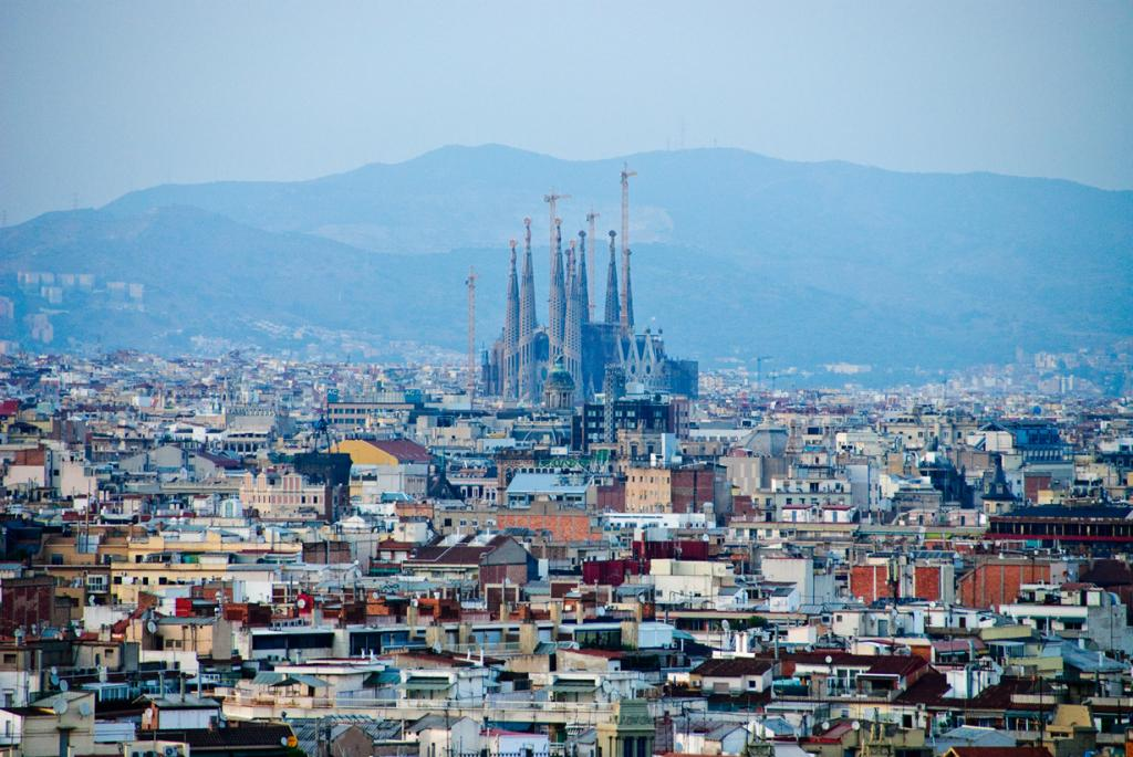 Испания. Барселона. Храм Святого Семейства. Архитектурные стили — модерн, испанская готика, нове