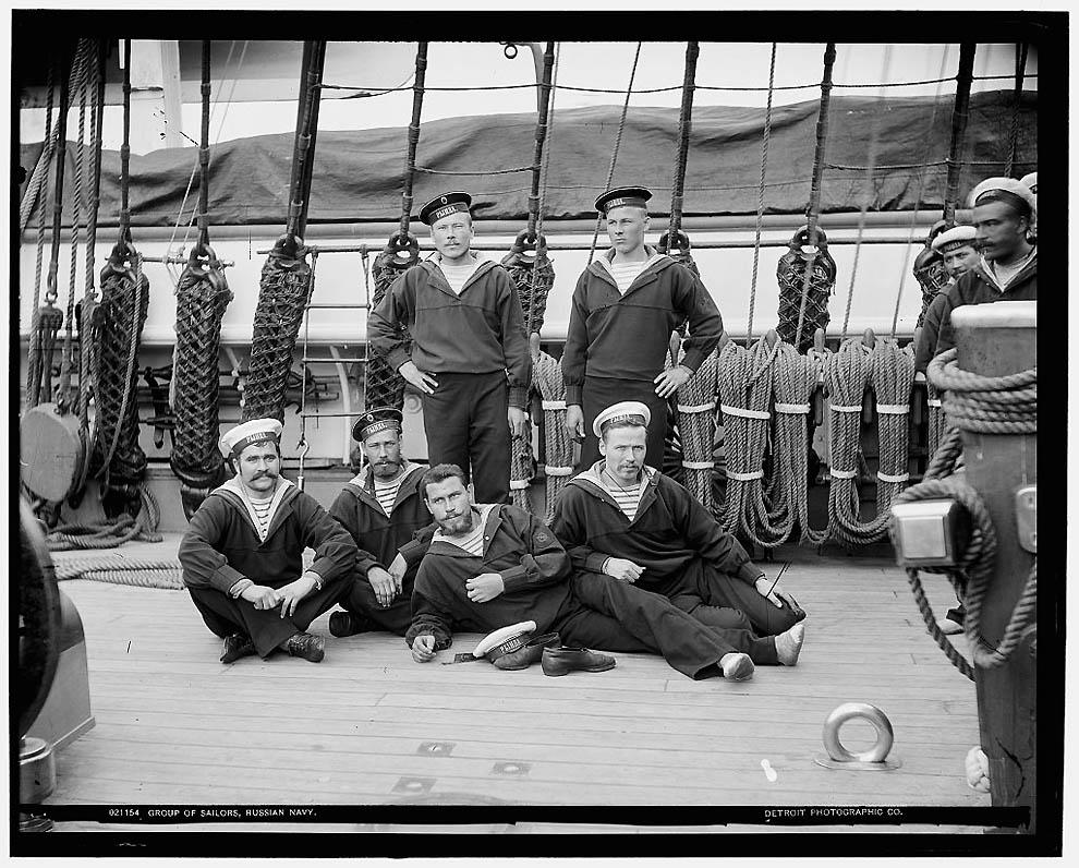 21. Группа моряков.