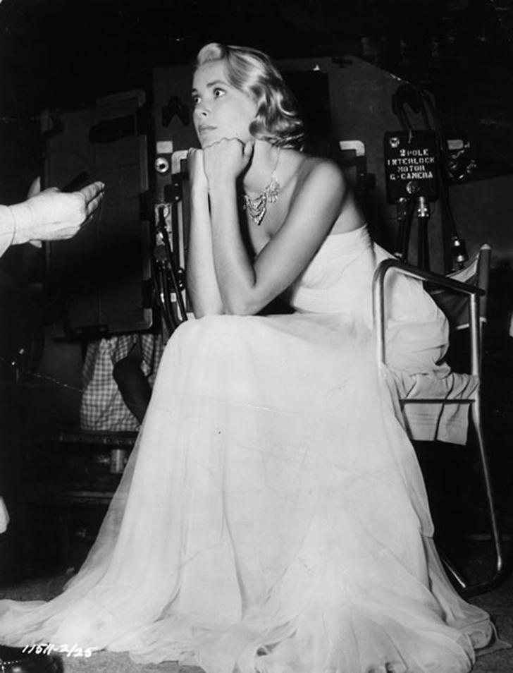 8. 1955 год. Актриса на съемках фильма «Поймать вора». Часть работы проводилась на ривьере, где Келл