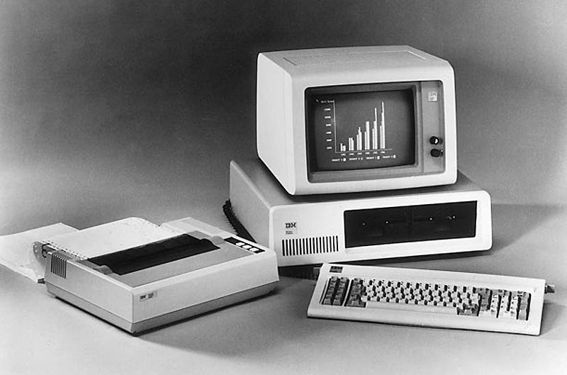 11. Персональный компьютер IBM, 1981 год. Персональный компьютер IBM с клавиатурой, принтером и мони