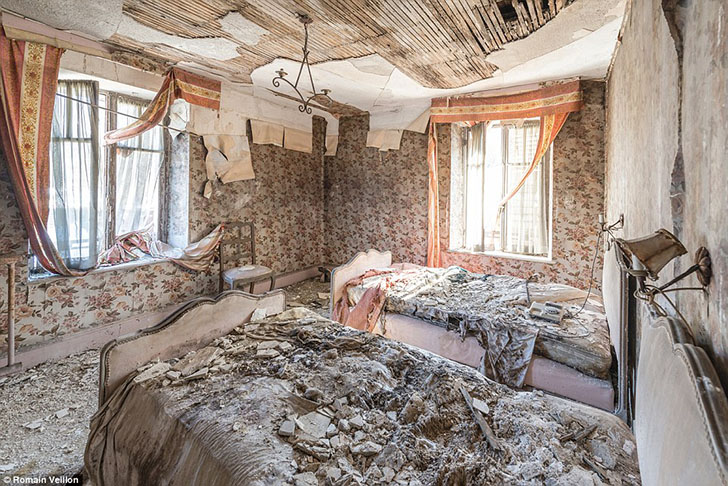 Спальня разрушающегося дома во Франции.