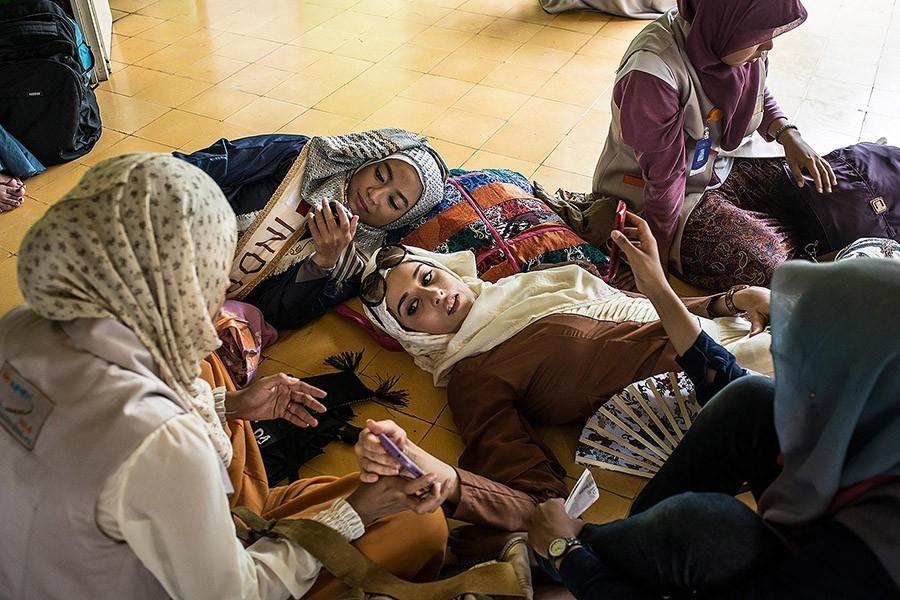 9. Фатма Бен Гуэфраке и другие участницы конкурса отдыхают после молитвы в мечети.