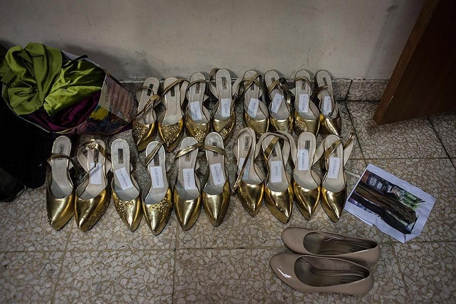 16. Каждая пара туфель подписана.