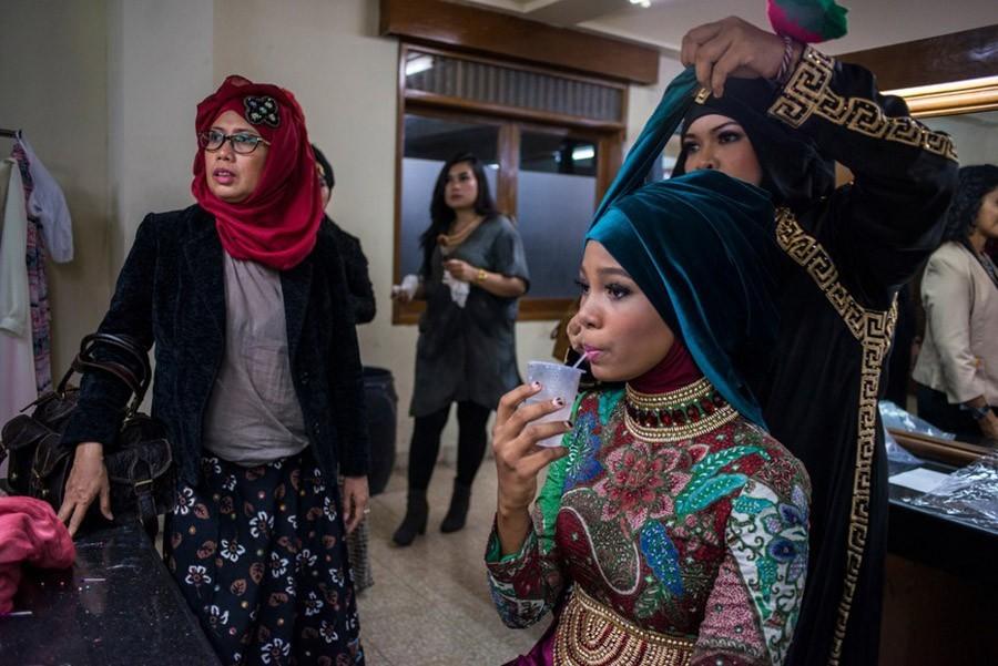 20. Стилист работает с хиджабой участницы второго тура, «Мисс Нигерии» Билгис Адебайо.