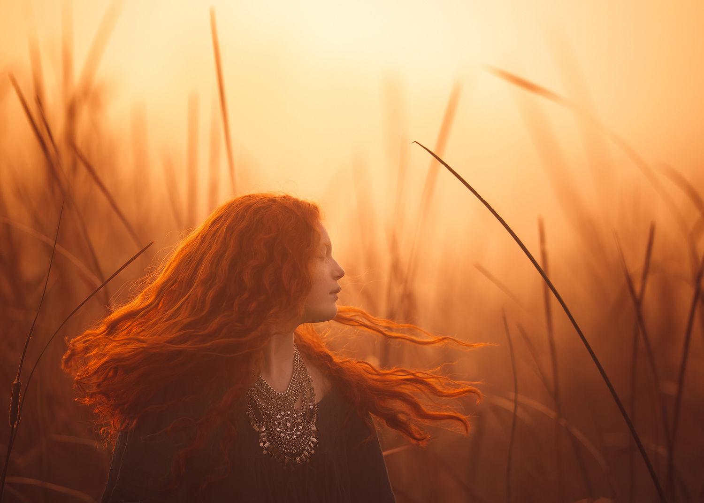 Она работает исключительно с естественным светом, и это придает ее работам особенное очарование.