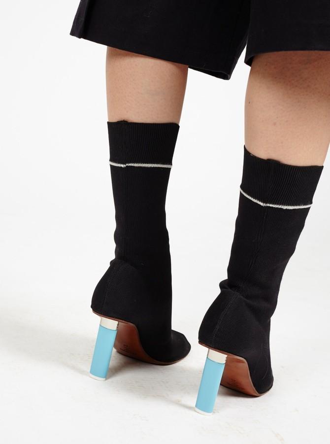 Но исключительной схожестью с носками обыкновенными дизайнеры Vetements не ограничились. И добавили