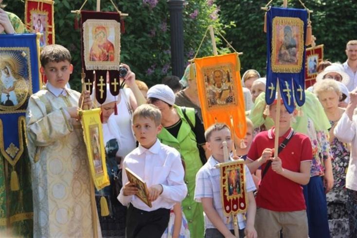 Школьники начали православных крестный ход вЕкатеринбурге