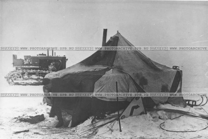 Один из пунктов техпомощи автотранспорту на Ладожской трассе. 1942 г.