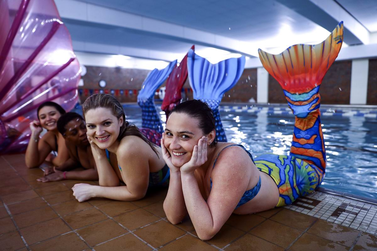 И весело хвостами машем!: Девушки из школы будущих русалок