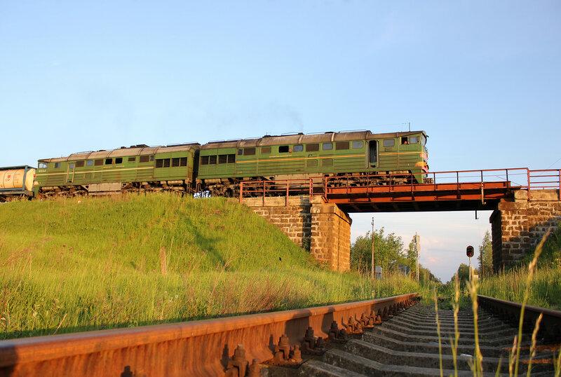 Тепловоз 2ТЭ116 на станции Ржев-Балтийский движется на Великие Луки над Ржевским перекрестьем