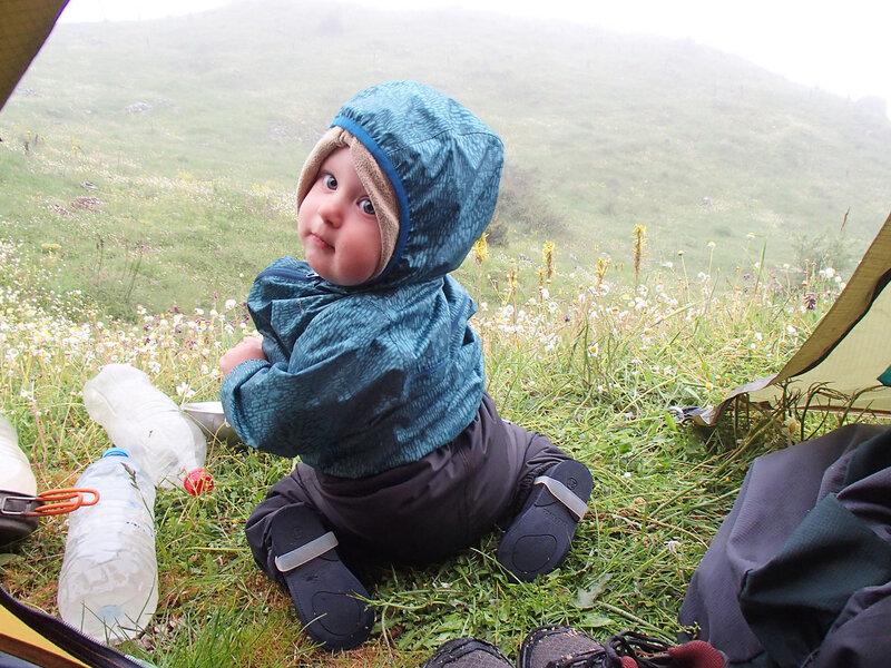 Ребенок (1 год) в палатке в пешем походе по Греции на альпийских лугах