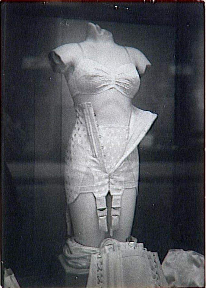 1930-е. Манекен в окне