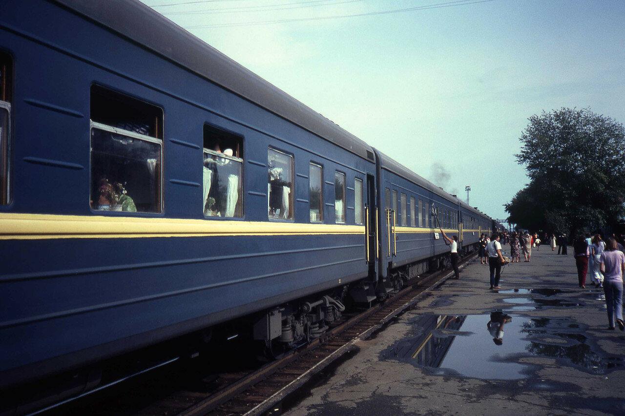 Неопознанная станция железной дороги. Мытье окон