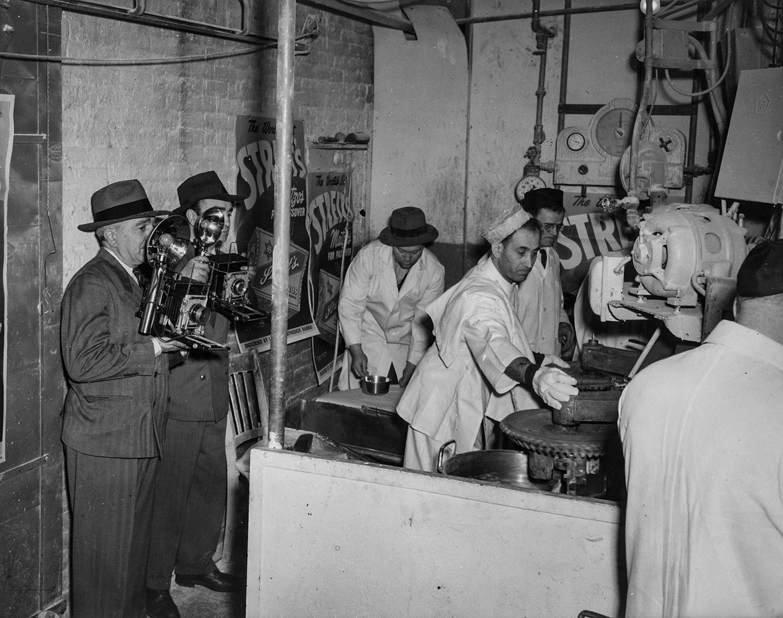 1940-е. Рабочие смешивают муку и воду перед камерами