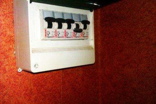 Консультация электрика аварийной службы по поводу периодических срабатываний автоматических выключателей в квартире