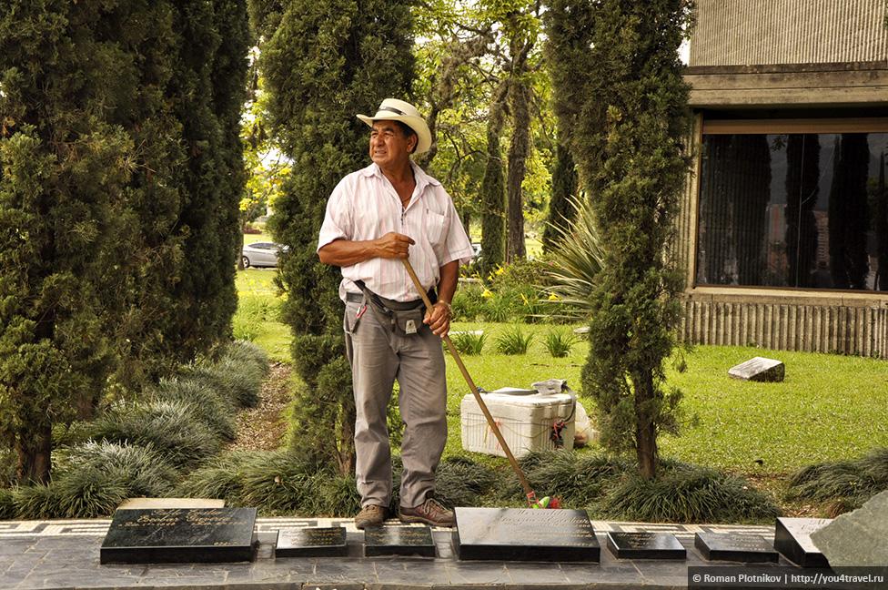 0 14e9b4 66716170 orig День 171. Кладбище, где похоронен колумбийский наркобарон Пабло Эскобар, и его дом в Медельине