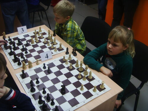 девочка играет в шахматы