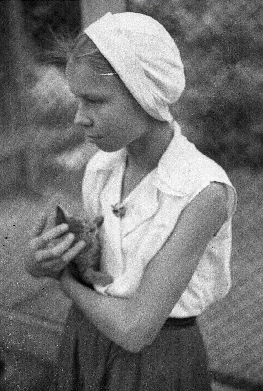 44. Детский городок. Портрет девочки с котенком