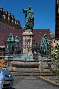 Статуи Максимилиана I, императора Генриха II и его жены