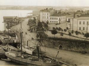 Вид с замка на набережную и ул. Северный Вал