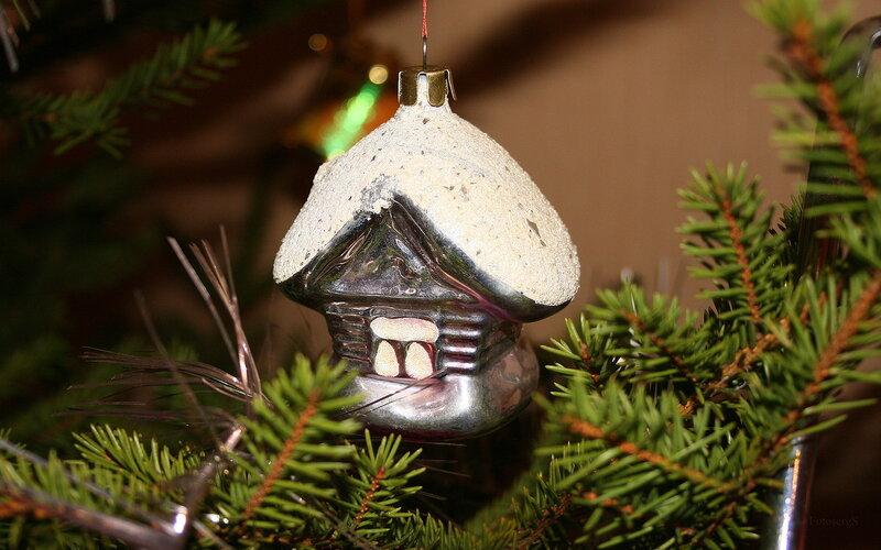 Игрушка на елку домик