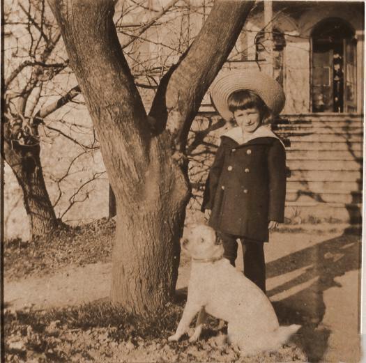 Мальчик - гость семьи князей Юсуповых - перед входом в имение.